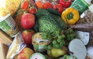 Lebensmittel sind kostbar - ein bunter Korb mit Lebensmitteln von den Vorarlberger Bäuerinnen