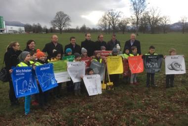 Die Bürgermeister der vier Verbandsgemeinden mit den umweltaktiven VolksschülerInnen und den BegleiterInnen