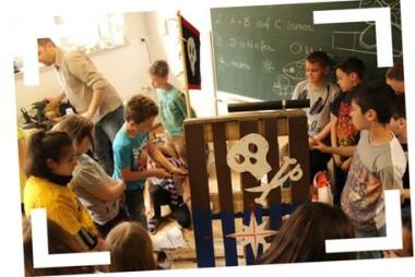 Kinder bauen bunte Palettensessel