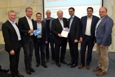 Die Bürgermeister der FÜNF GEMEINDEN mit Landeshauptmann Markus Wallner und Landesrat Erich Schwärzler mit der Auszeichnung.